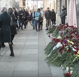 V Petrohradě lidé nosí květiny ke vchodu do stanice metra Technologičeskij instit