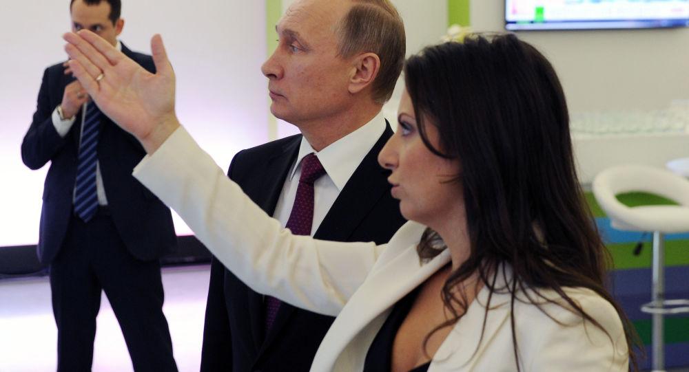 Ruský prezident Vladimir Putin a šefredaktorka RT Margarita Simonjanová
