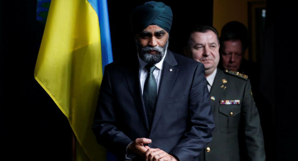Ukrajinský ministr obrany Stěpan Poltorak a kanadský ministr obrany Harjit Sajjan