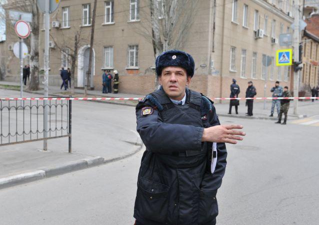 Policista na místě výbuchu vedle školy ve městě Rostov na Donu, Rusko