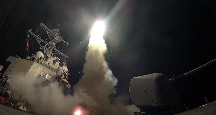Der US-Zerstörer USS Porter (DDG 78)  feuert eine Tomahawk-Rakete im Mittelmeer ab