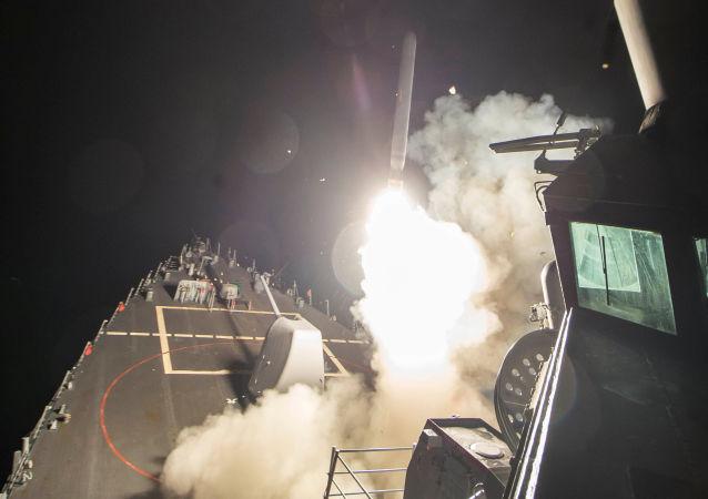Americký torpédoborec typu Ross útočí na syrskou leteckou základnu