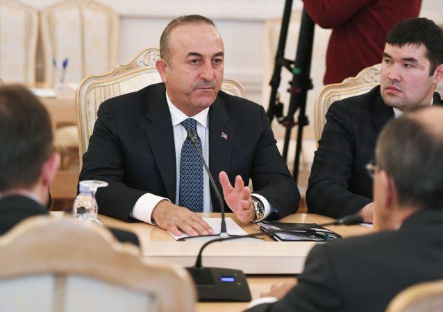 Turecký Ministr zahraničí Mevlüt Cavusoglu a ruský ministr zahraničí Sergej Lavrov