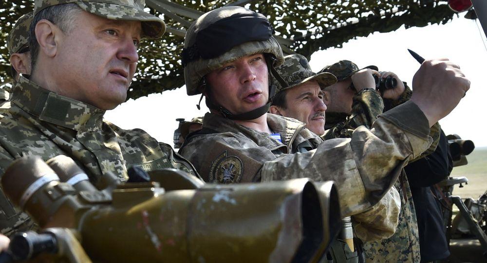 Petro Porošenko během vojenských učení