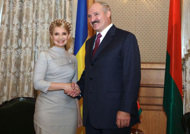 Běloruský prezident Alexandr Lukašenko s bývalou ukrajinskou premiérkou Julií Tymošenkovou.