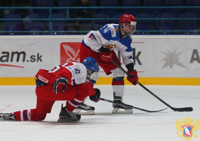Hokejisté Martin Kaut a Andrej Svečnikov