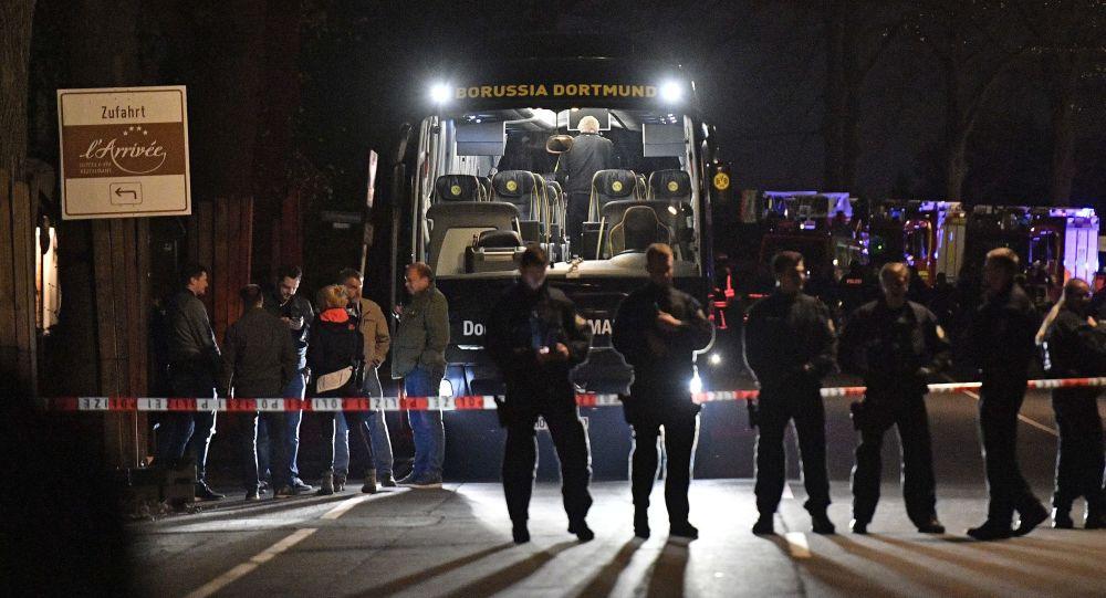 Policie vedle autobusu fotbalového klubu Borussia Dortmund.
