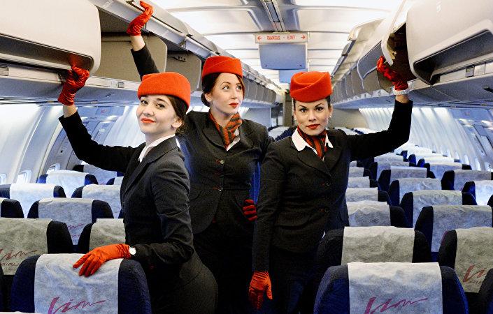 Podle názoru vedení letecké společnosti VIM-AVIA odpovídá červená barva uniformy strategii rozvoje přepravce