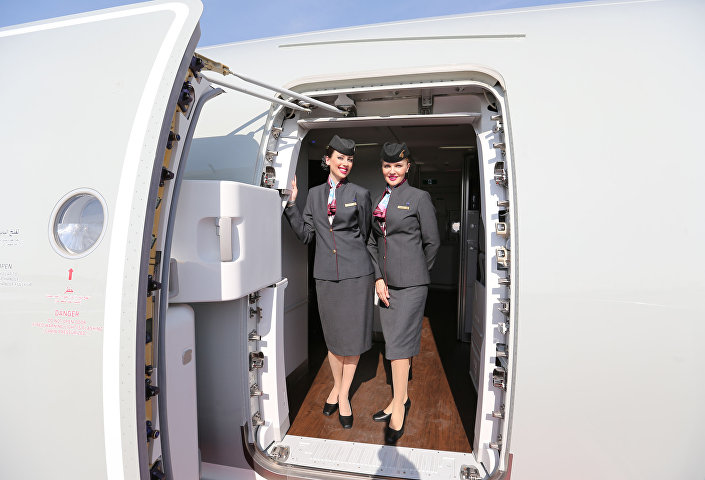 Dívky z letecké společnosti Qatar Airways nosí šedé sukně zakrývající kolena, což jim nebrání v tom, aby se dostávaly pravidelně na ratingy nejsexuálnějších stevardek světa