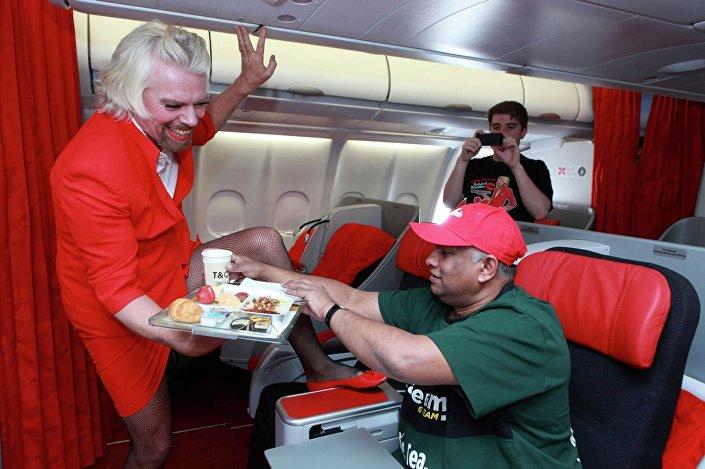 Britský podnikatel Richard Branson pracuje jako stevard