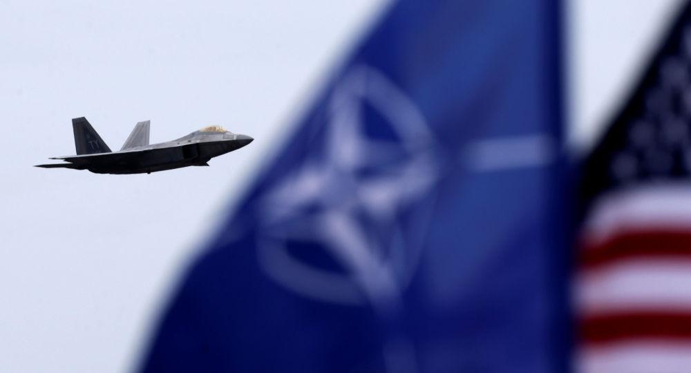Stíhačka F-22 a vlajka NATO