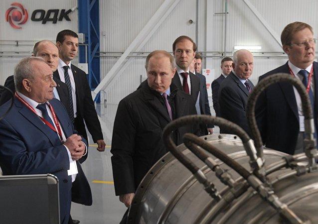 Ruský prezident Vladimir Putin během návštěvy podniku Sjednocené korporace na výrobu motorů Saturn