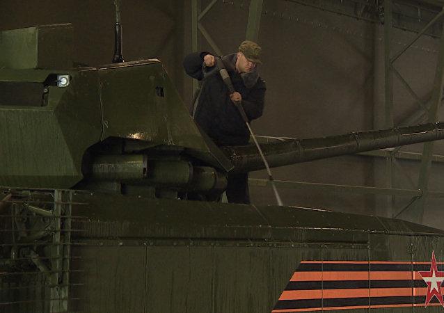 Jak myjí Armatu: tanky a obrněnou techniku připravují k Přehlídce vítězství