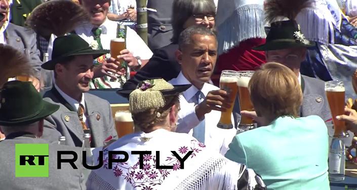 Obama v Bavorsku vtipkoval a dal si pivo