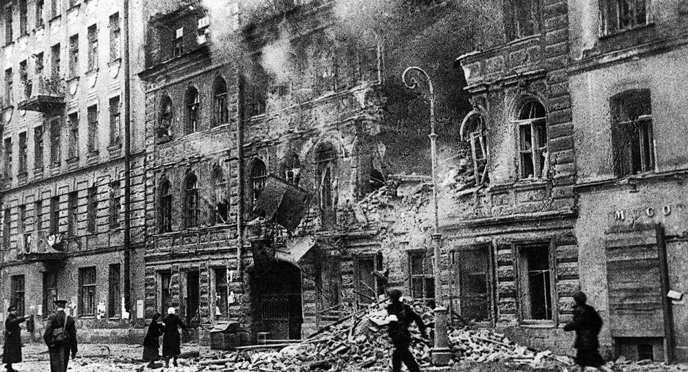 V ulici Majakovského v Leningradu během ostřelování německým dělostřelectvem