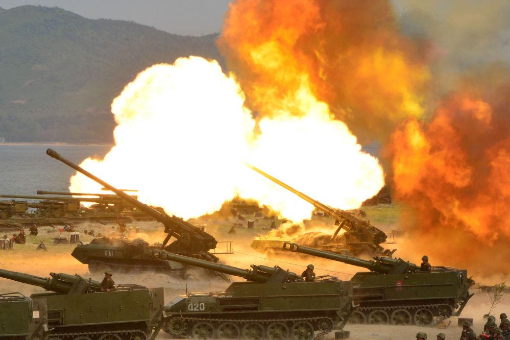 Velké dělostřelecké cvičení na počest 85. výročí založení Korejské lidové armády, KLDR
