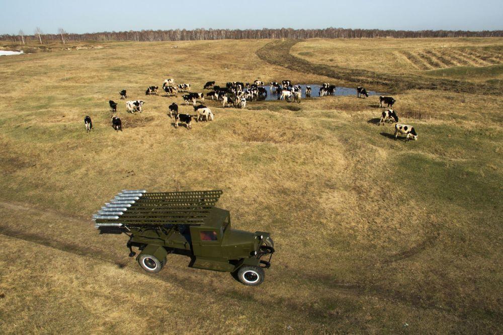 Mistr Maxim Svekla předvádí bitevní stroj BM-13 Katjuša v Novosibirské oblasti