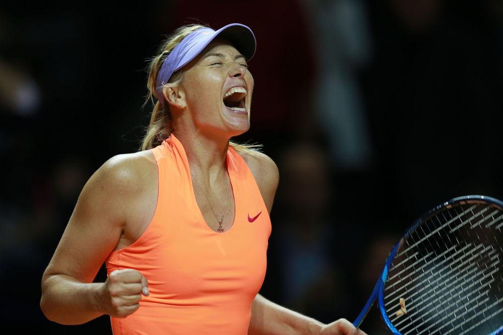 Maria Šarapovová se raduje z vítězství v prvním kole hry s Robertou Vinciovou v utkání WTA Porsche Tennis Grand Prix 2017 v Stuttgartu