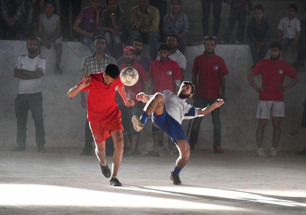 Fotbalové utkání mezi týmem příslušníků společnosti Červeného kříže a Červeného půlměsíce a studenty v syrském Deir ez-Zoru