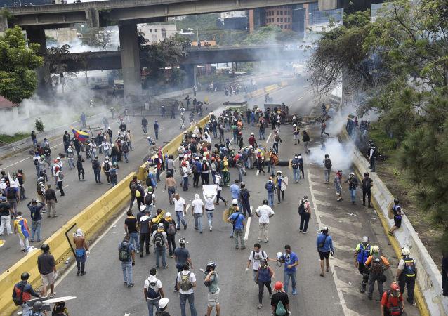 Srážka opozice s policisty