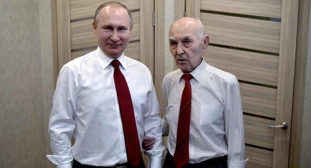 Prezident RF Vladimir Putin zavítal na prahu Dne vítězství na návštěvu k bývalému zástupci KGB SSSR při ministerstvu bezpečnosti NDR Lazaru Matvejevovi