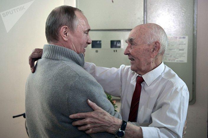 Prezident RF Vladimir Putin a bývalý zástupce KGB SSSR při ministerstvu bezpečnosti NDR Lazar Matvejev