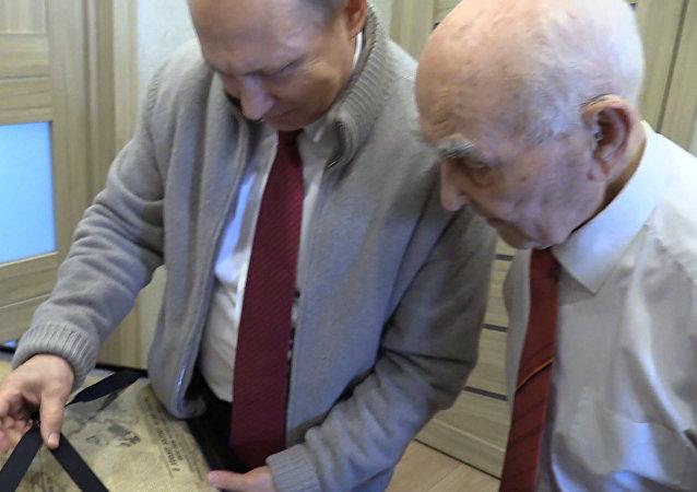Putin daroval bývalému šéfovi výtisk novin Pravda, který byl vydaný v den jeho narození