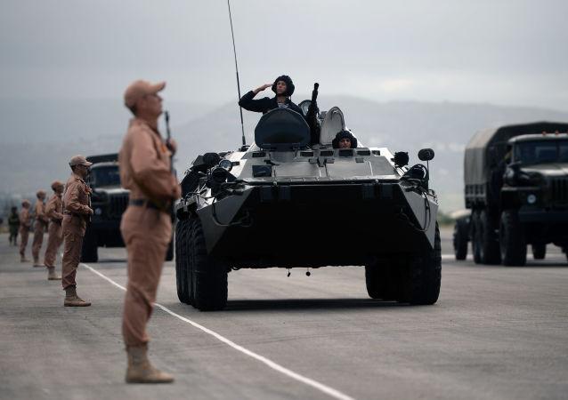 Přehlídka vítězství V Latákii na letecké základně Hmímím