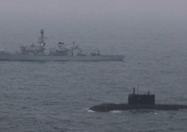 Pod dohledem – ruská ponorka proplula Lamanšským průlivem za doprovodu britské lodě