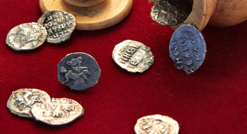 Strříbrné mince z dob císaře Ivana Hrozného, nalezené v Moskvě