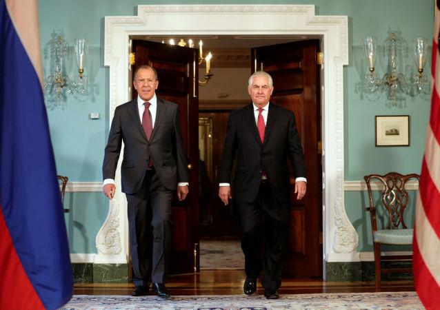 Ruský ministr zahraničních věcí Sergej Lavrov a ministr zahraničních věcí USA Rex Tillerson