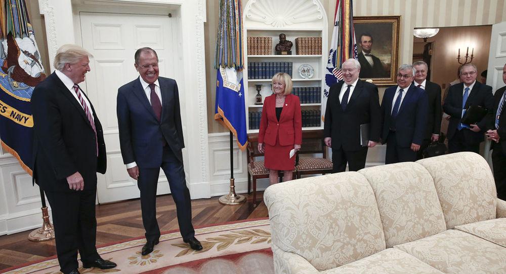 Prezident USA Donald Trump a ruský ministr zahraničí Sergej Lavrov ve Washingtonu