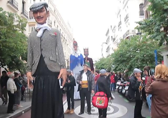 Průvod obrovských loutek v Madridu