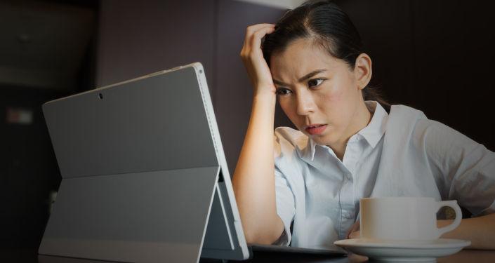Dívka u počítače. Ilustrační foto