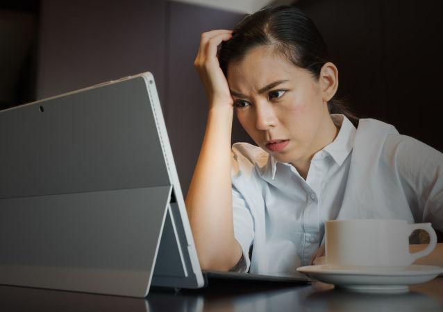 Unavená dívka u počítače. Ilustrační foto