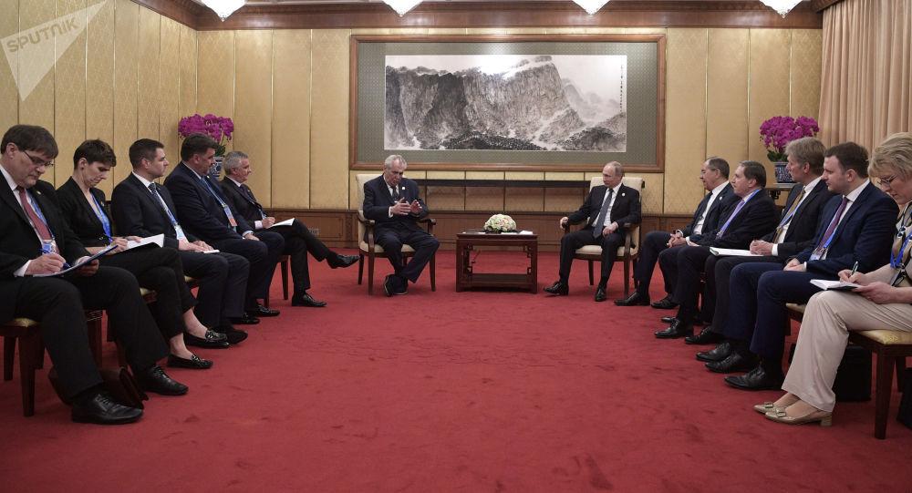 Český prezident Miloš Zeman a ruský prezident Vladimir Putin během schůzky v Číně