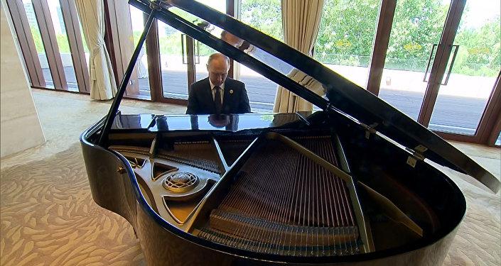 Putin si před schůzkou s čínským lídrem zahrál na klavír