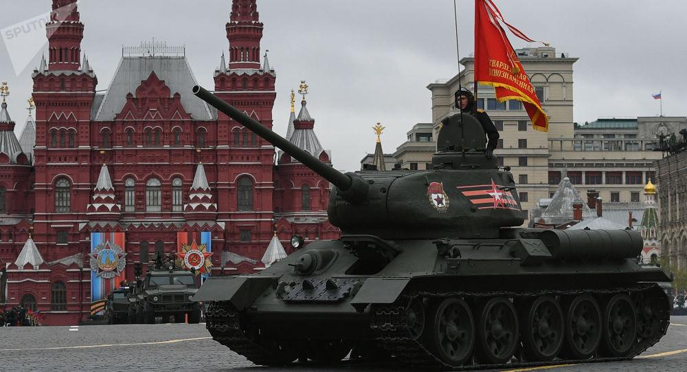Střední tank T-34-85 na vojenské přehlídce věnované 72. výročí vítězství ve Velké vlastenecké válce 1941-1945