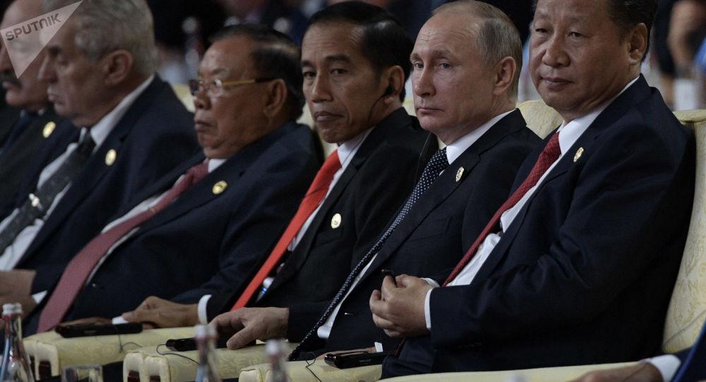 Ruský prezident Vladimir Putin a zástupce Čínské lidové republiky Si Ťin-pching