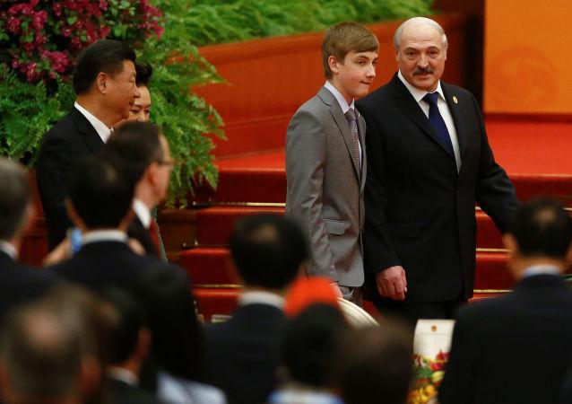 Běloruský prezident Alexandr Lukašenko se synem Nikolajem v Číně