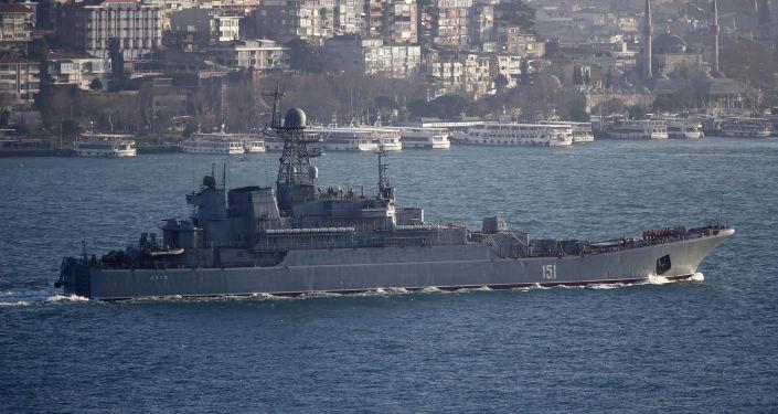 Ruská výsadková lod` Azov v Bosporu