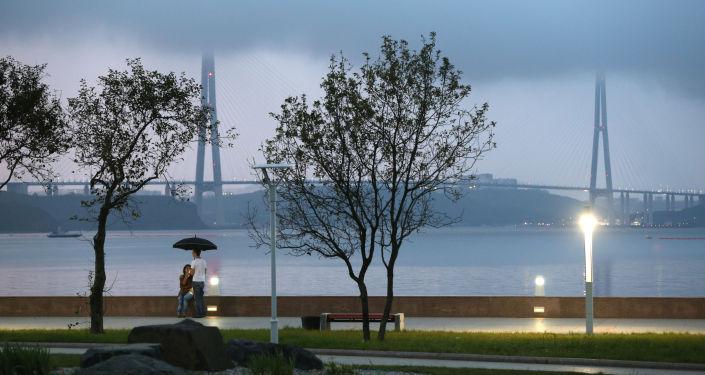 Most na Ruský ostrov přes průliv Východní Bospor ve Vladivostoku