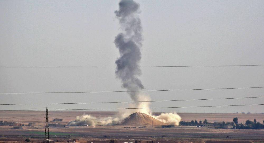 Letecký útok mezinárodní koalice u města Rakka, Sýrie. Archivní foto