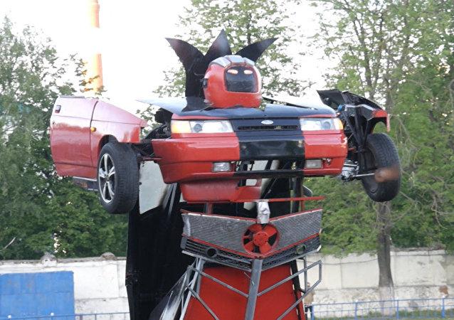 Domácí kutil změnil Ladu v robota-transformera