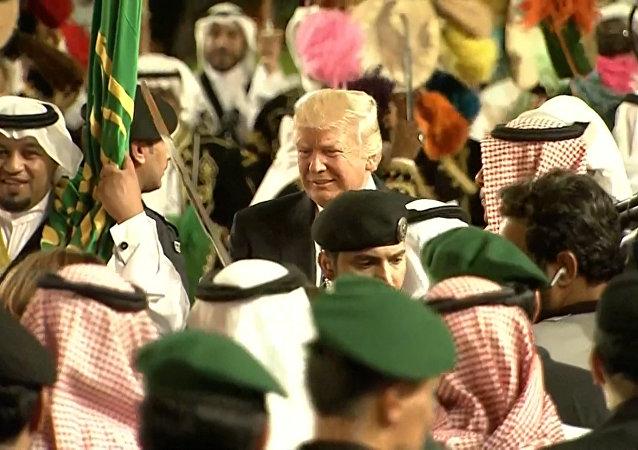 Donald Trump se zúčastnil tradičního tance s meči v Saúdské Arábii