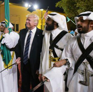 Trumpův tanec s meči v Saudské Arábii