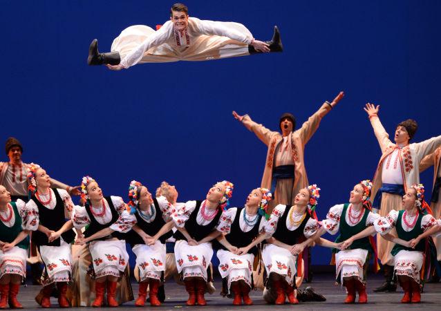 Artisté státního sboru lidového tance tančí hopak ve Velkém divadle v Moskvě