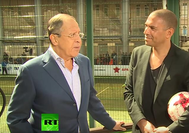 Lavrov: v Rusku pomohou zahraničním fanouškům, aby se cítili jako doma