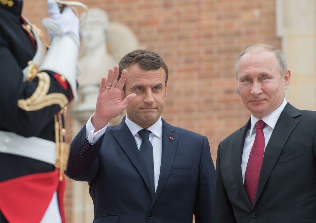 Prezidenti Ruska a Francie Vladimir Putin a Emmanuel Macron