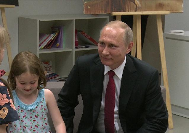 Putin navštívil Ruské duchovně kulturní centrum v Paříži. Video